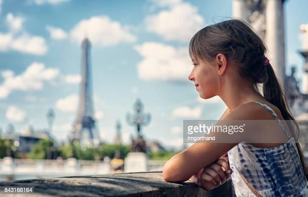 小さな少女のパリを観光