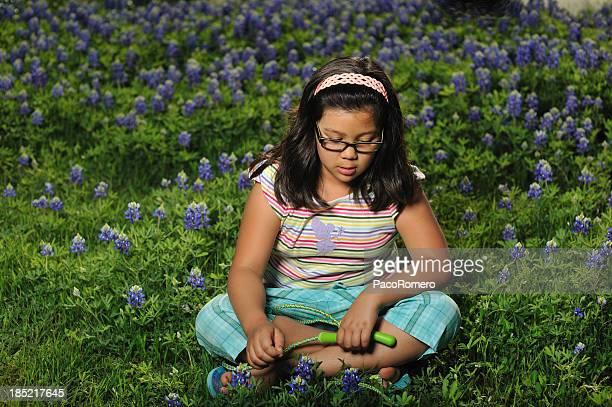 bambina seduto sull'erba tra i fiori di campo - maniche corte foto e immagini stock