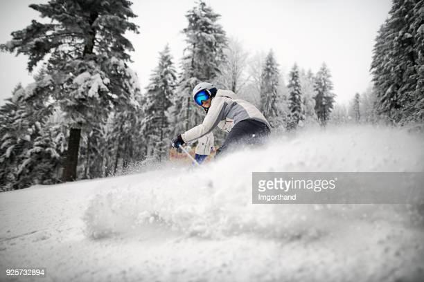 menina, esqui na neve em pó - ski holiday - fotografias e filmes do acervo