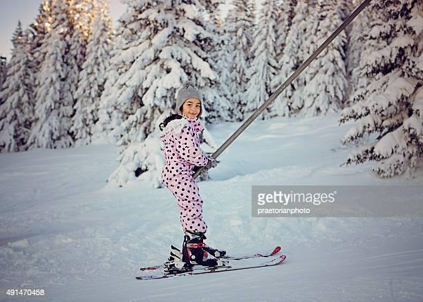 Kleines Mädchen Skifahren