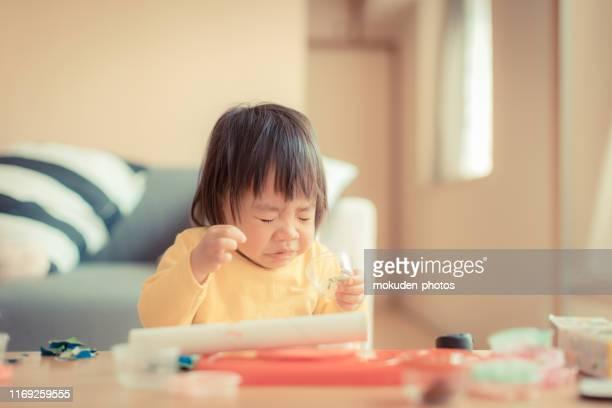 小さな女の子のくしゃみ - 感染症 ストックフォトと画像