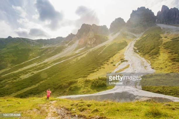 kleine Mädchen stehen auf einem Berg
