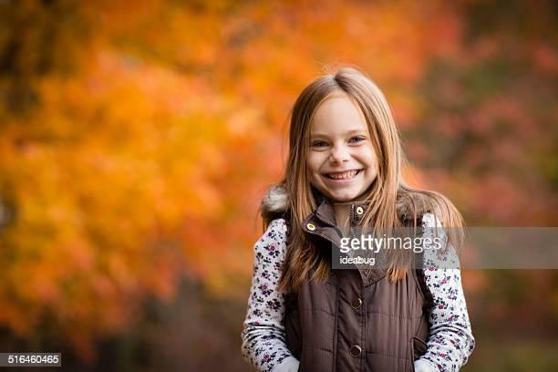 Petite fille debout à l'extérieur sur une journée d'automne avec espace pour copie