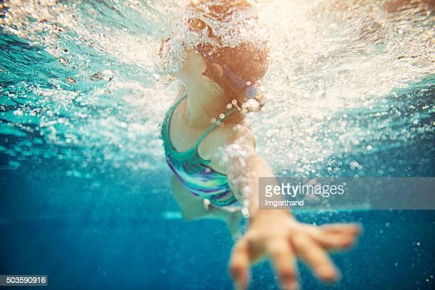 Menina Nadar crawl