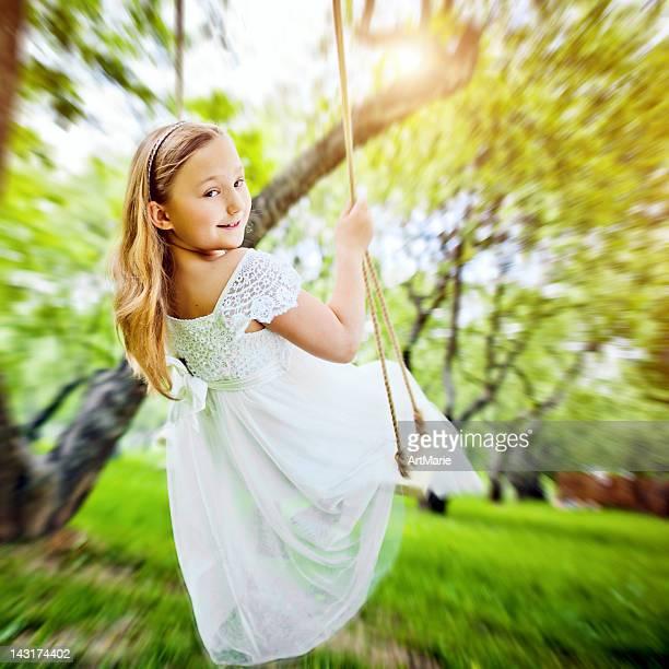 Kleines Mädchen schwingen in einem park