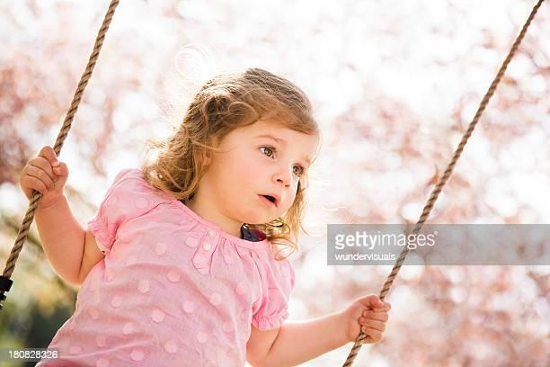 petite fille se balancer dans le parc - jolie fille photos et images de collection