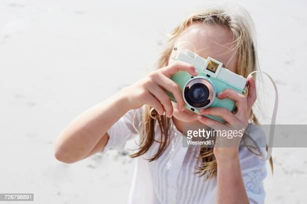little girl taking pictures with her camera - camera girls - fotografias e filmes do acervo