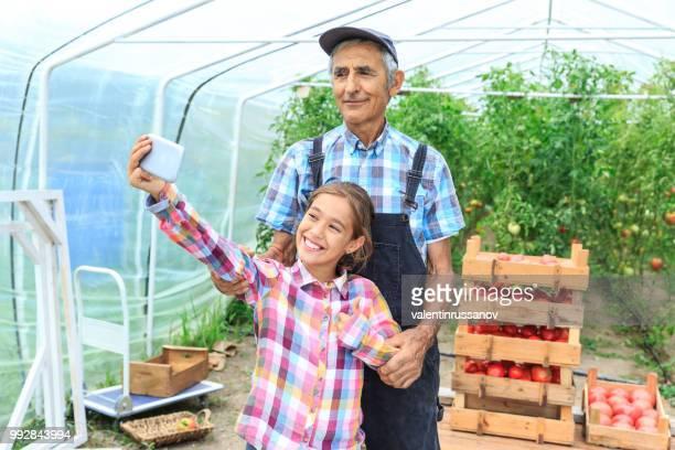 Petite fille prenant selfie avec son grand-père
