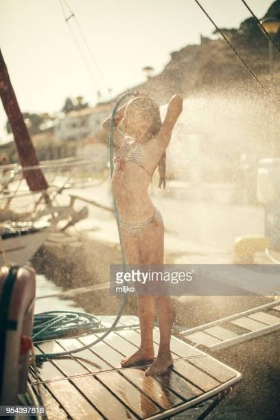 petite douche de prise fille sur stern yacht - fille sous la douche photos et images de collection