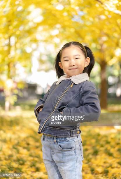 little girl thumbs up in the autumn - mãos no bolso - fotografias e filmes do acervo
