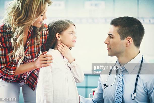 Kleines Mädchen einen Besuch Kinderarzt.