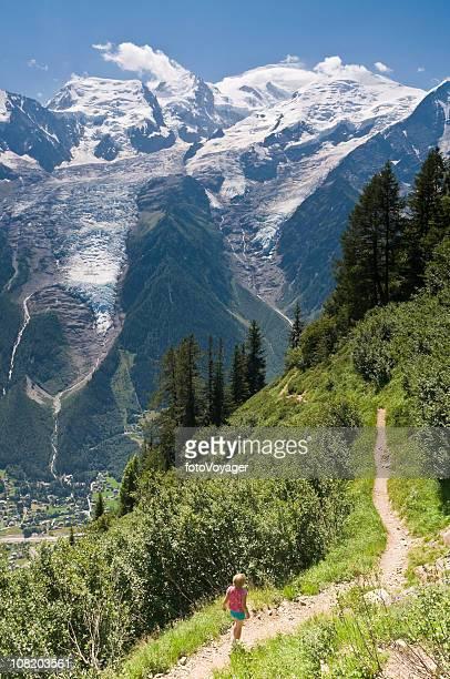bambina camminare lungo la montagna hiking e trail - monte bianco foto e immagini stock