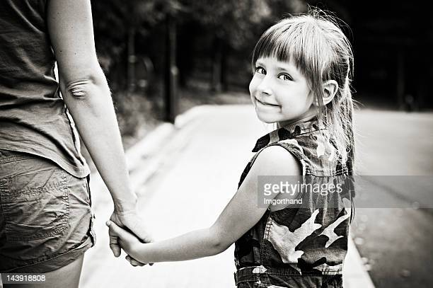 Petite fille marcher avec maman