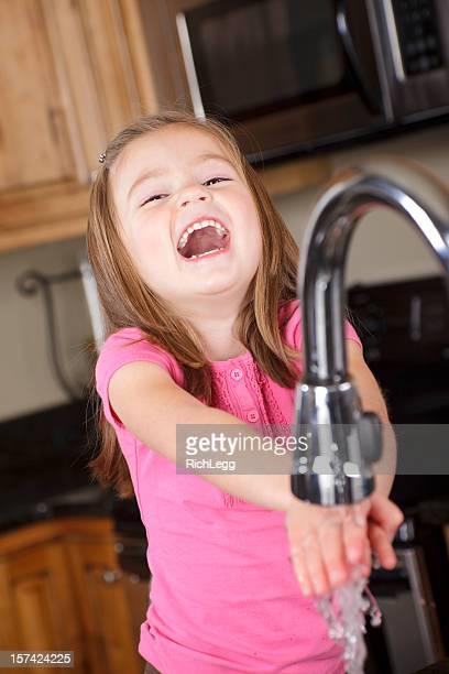 Kleines Mädchen waschen Ihre Hände