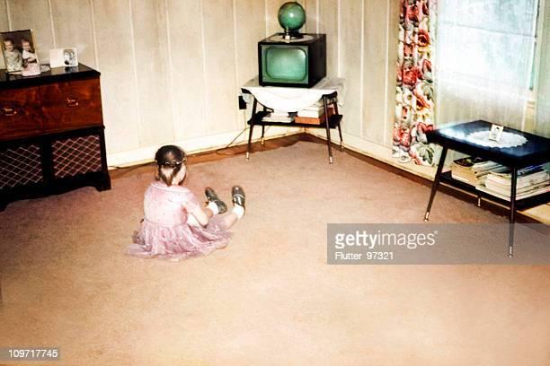 Kleines Mädchen vor dem ersten Fernseher, Retro-Vintage-Stil