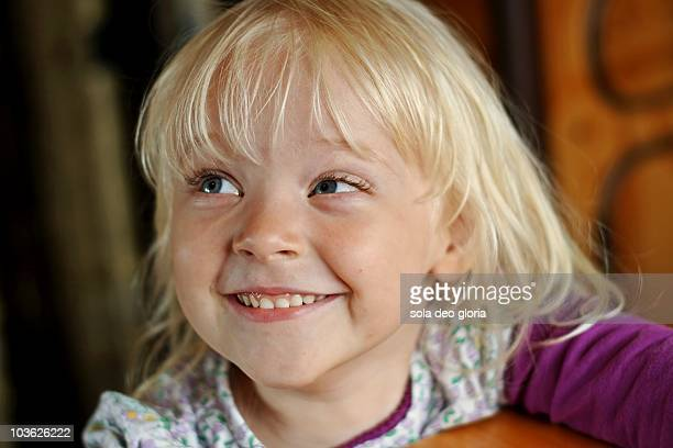 little girl watching her mom - 4 5 ans photos et images de collection