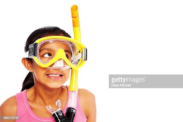 Bambina con Maschera subacquea guardando lontano con copyspace
