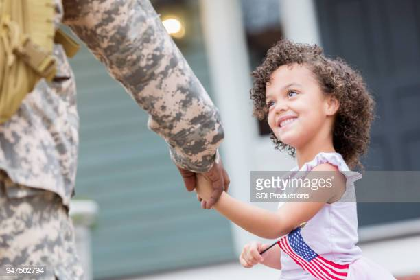 Little girl welcomes home her soldier dad