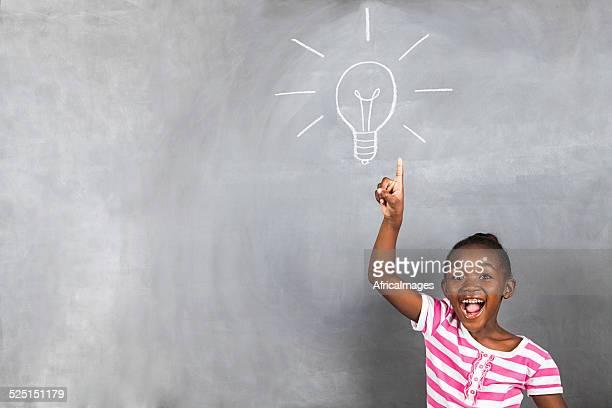 Petite fille avec une idée lumineuse