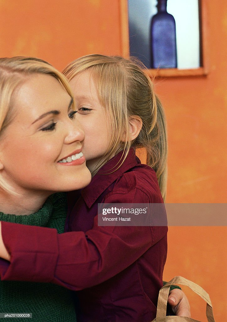 Little girl with arm around young woman, head and shoulders, close-up : Stockfoto