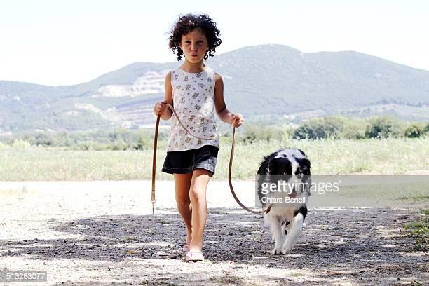 little girl with black and white dog - border collie fotografías e imágenes de stock