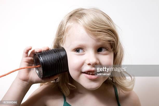 Kleines Mädchen mit Blonde Haare am Telefon reden können