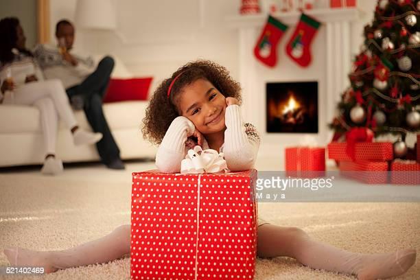 Petite fille avec un cadeau de Noël