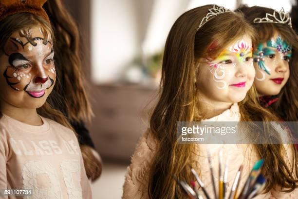 Kleines Mädchen mit Gesicht-Lacken