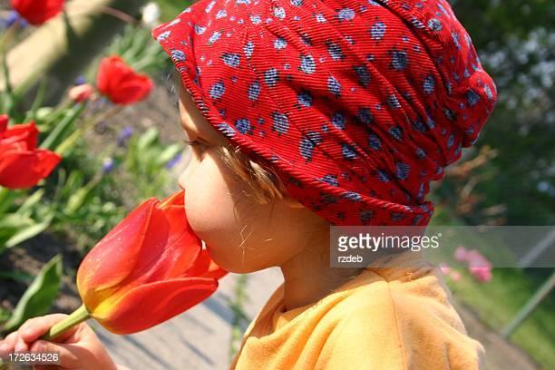 Kleines Mädchen mit Blume