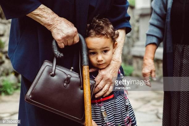 Kleines Mädchen mit Großmutter außerhalb