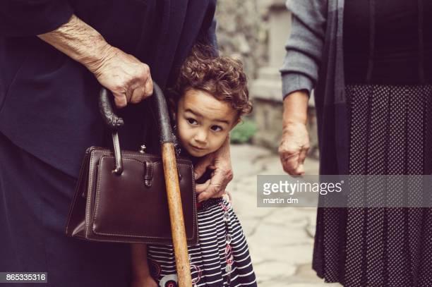 Kleines Mädchen mit ihrer Großmutter außerhalb