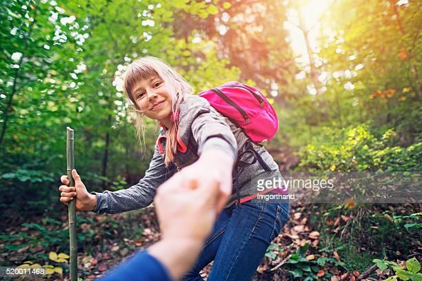 Fillette de randonnée dans la Forêt d'automne