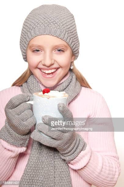 Niña con chocolate caliente