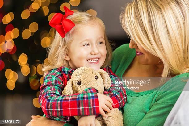 Bambina con Madre e Animale imbalsamato nel giorno di Natale