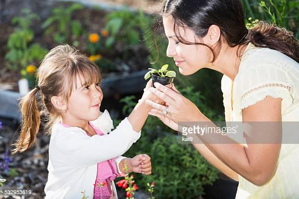 Kleines Mädchen mit Mutter im Garten