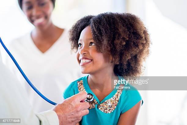 Niña con el personal de enfermería