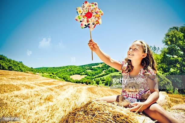 Kleines Mädchen mit Windrad