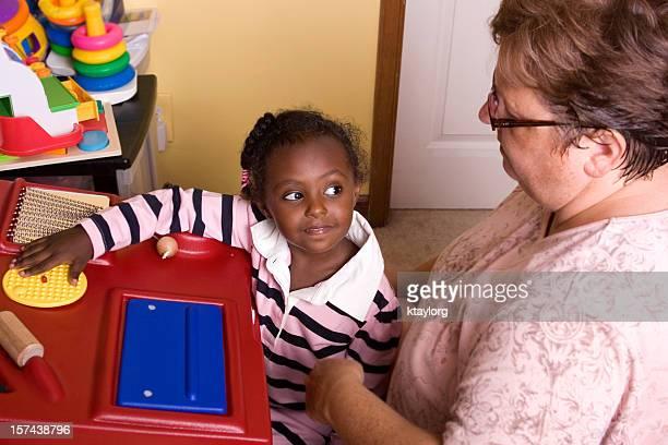 Kleines Mädchen Arbeiten im sensory station