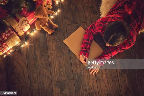 Kleines Mädchen schreibt einen Brief an Santa Claus