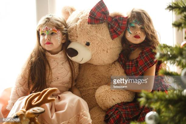 Kleine Mädchen und ihr Teddybär