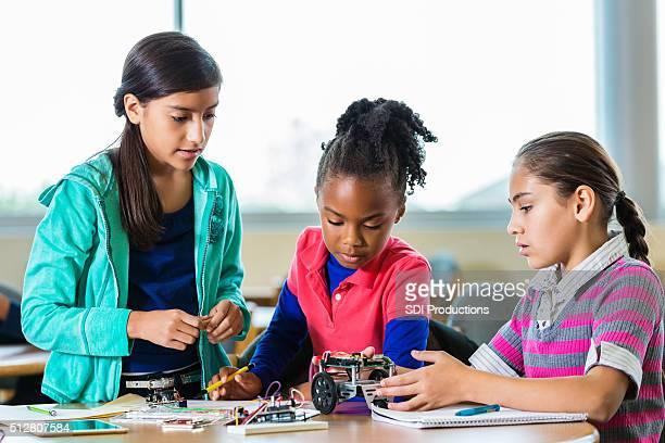 Jeunes filles bâtiment des robots en Science la classe après l'école