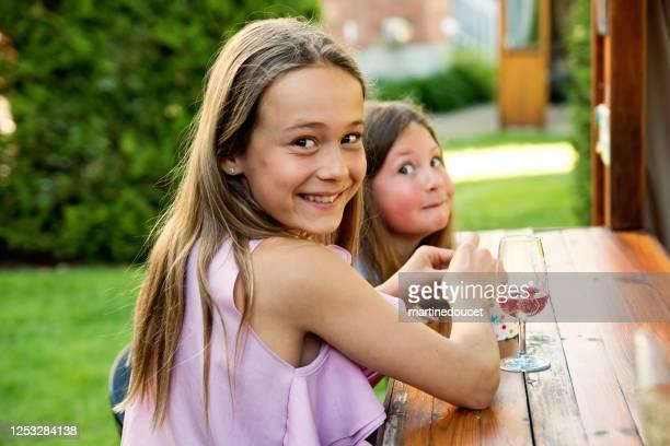"""niñas comiendo dulces en la fiesta en el patio trasero. - """"martine doucet"""" or martinedoucet fotografías e imágenes de stock"""