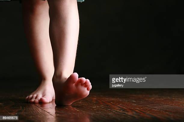 little girls legs and feet - nakna tjejer bildbanksfoton och bilder