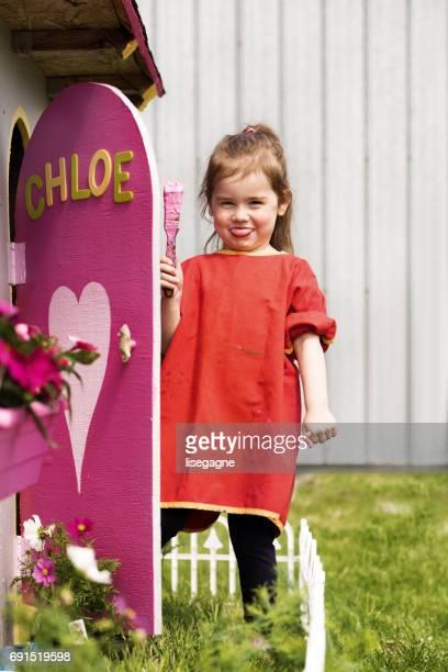 Petites filles peinture son playhouse