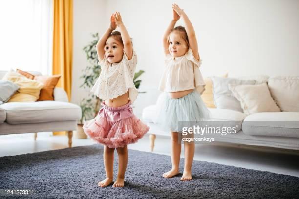 bambine che eseguono danza di balletto a casa - solo bambini foto e immagini stock