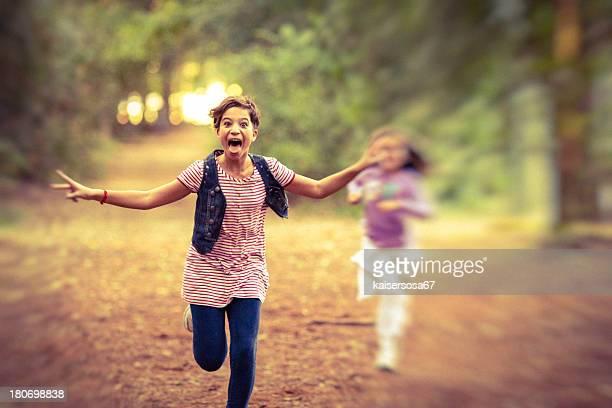 Petite fille Course dans la forêt.