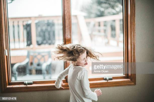 little girls spinning and shaking her hair - nur kinder stock-fotos und bilder