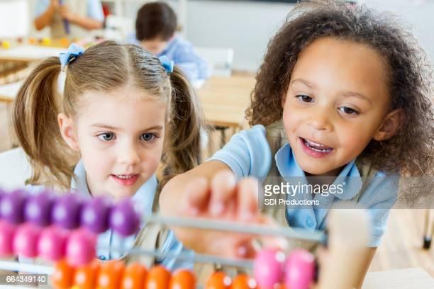 Niñas usan el ábaco en la escuela