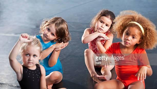 Mädchen trägt Turnanzüge