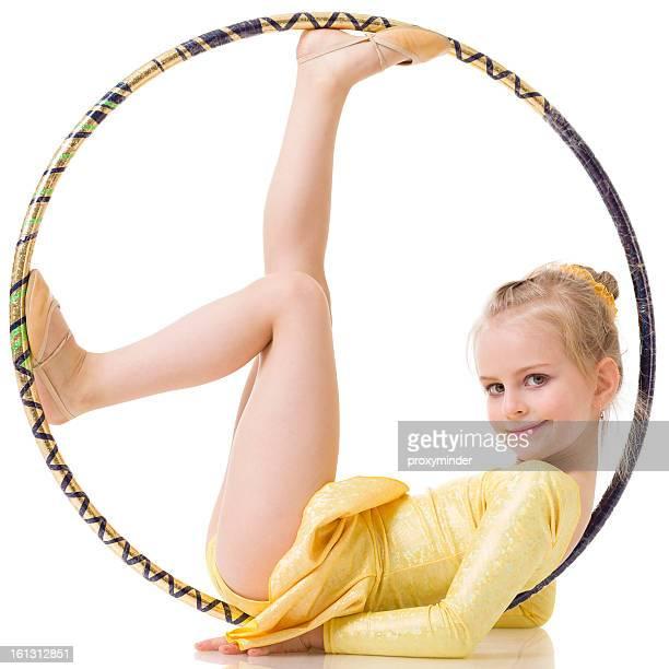 Little gimnasta chica con el hula hoop Aislado en blanco